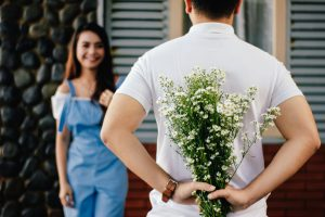 vztah, rande, laska, par, muz a zena, kvety, prekvapenie